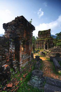 Champa ruins of Mỹ Sơn / Vietnam (by David Meenagh).