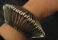 Marie-Lise GOËLO (French)- safety pins bracelet- can be worn this way . High Jewelry, Boho Jewelry, Jewelry Crafts, Jewelry Art, Handmade Jewelry, Unique Jewelry, Safety Pin Art, Safety Pin Crafts, Safety Pins