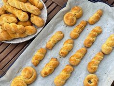 Τα αφράτα πασχαλινά κουλουράκια της γιαγιάς - Πέτρος Συρίγος - YouTube Easter Cookies, Easter Treats, Creme Brulee Cheesecake, Greek Easter, Evaporated Milk, Biscotti, Sausage, Baking, Leo