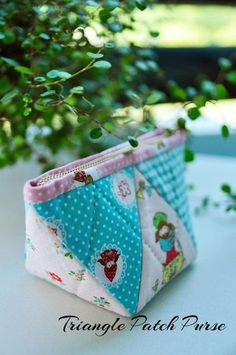 Triangle Patch Purse ~ DIY Tutorial in pictures. Diy Bags Purses, Diy Purse, Women's Bags, Pouch Pattern, Purse Patterns, Sewing Patterns, Patchwork Bags, Quilted Bag, Zipper Pouch Tutorial