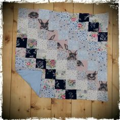 What do you think of this super cute patchwork baby blanket made from a tiny little lady's baby clothes 💛 Find out more over on the blog http://wp.me/p5BHb5-mf
