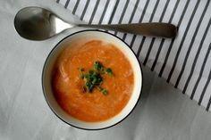 Rezept für eine leckere und vegane Rote-Linsen-Suppe. Diese Suppe schmeckt besonders lecker an kalten & grauen Wintertagen.