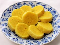 Poctivý bramborový knedlík z vařených brambor, hrubé mouky, krupice a vajíčka má úžasnou chuť. Barvu mu dodáte buď domácím vajíčkem nebo kurkumou. Já vsadila na obojí :)