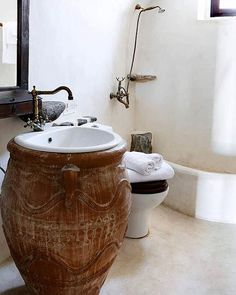 De una tinaja un  #baño !.Que idea ! .A jar a bath great idea! #Decoracion #ideasdecor #diseñobaño #lavabo #tinaja #bañorustico #bañosoriginales #bonito #decoration #designbathroom #sink #originaldesing #rusticbathroom #beautiful #iilove #arquitectura #architecture #beautifulbath @myinterior @revistadicasa @decoraddicts @interiordesignideas #badebaño