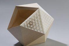 Présentés il y a peu pour leur série d'objets à facettes bois et plexi fluo, Didier Versavel et Jean-Marc Estaque signent une seconde collaboration et une nouvelle collection. Ils associent cette fois l'impression 3D aux facettes bois et créent également de nouveaux plexi fluo et bois de ronce de peuplier. Le designer et l'ébéniste menuisier nous offrent une ligne d'art de la table alliant ébénisterie d'art et impression 3D et combinant force, tradition et modernité. Simplement magnifique !