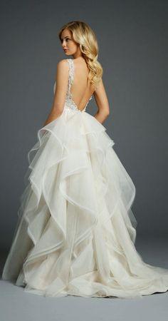 Vestido blanco con espalda descubierta y falda muy voluminosa #Vestidos #Blanco #EspaldaDescubierta #FaldaVoluminosa