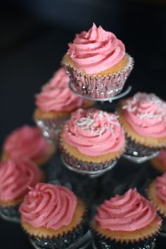 . pretty pink cupcakes .