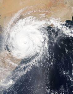 © NASA/MODIS/Jeff SchmaltzDer tropische Wirbelsturm Chapala erreicht in der Früh des 3. November das Festland von Jemen. Mit einer Höchstgeschwindigkeit von 130 Kilometern pro Stunde ist er ein Sturm der Kategorie 1, vergleichbar mit einem Hurrikan. Sintflutartige Regenfälle ergießen sich über die karge Landschaft. Am Abend hat der Sturm Überschwemmungen und Chaos zurückgelassen.