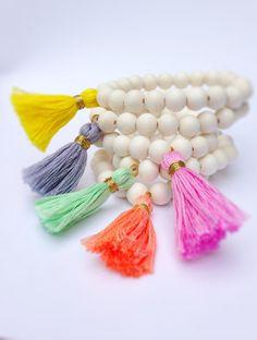 Bracelet avec des perles en bois et pompon de par FancyFreebirds