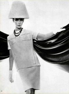La folie de deux piècesL'Officiel #505, 1964Photographer:Philippe PottierAndré Courrèges, Spring 1964