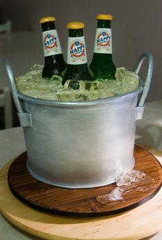 Seau de bières. Pour voir plus de pâtisseries insolites c'est par ici http://blog.doctissimo.fr/il-etait-une-mignardise/decouvertes-702311/patisseries-insolites-realistes-23451754.html