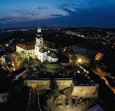 Nitriansky hrad je tým najväčším hradom vstrednej Európe Palaces, Castles, Buildings, Mansions, House Styles, Instagram Posts, Fotografia, Palace, Chateaus