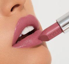 No photo description available. Pink Lipsticks, Lipstick Shades, Lipstick Colors, Makeup Brush Set, Lip Makeup, Beauty Makeup, Bleu Noir Tattoo, Cool Makeup Looks, Kylie Cosmetic