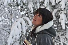Min vakre, fine nabo, Ragnhild, i ny luhkka. Denne luhkkaen var litt gøy å sy. Viking Garb, Winter Hats, Winter Jackets, Canada Goose Jackets, Textiles, Culture, Sewing, Norway, Clothes