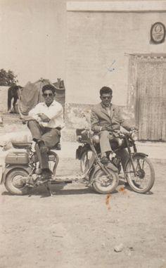 museu da pessoa - Amigos na Itália Dionísio e um amigo motociclista na Itália nos anos 50. Da esquerda para direita: _____, Dionísio L'Abbate. Local: Itália - 1952-3