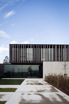Project gevelbekleding - Afrormosia Domino in Kortrijk - Realisaties - Woodstoxx Minimal Architecture, Modern Architecture House, Facade Architecture, Residential Architecture, Modern House Design, Facade Design, Exterior Design, Facade House, Outdoor