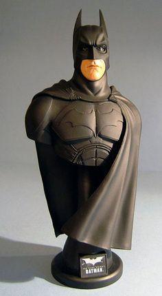 DC Batman: The Dark Knight - Hot speelgoed Collectible - buste / standbeeld 1/4e (2008)  Hete speelgoed Collectible Bust serie-The Dark Knight - 1/4e Batman collectible buste (originele kostuum) Dit collectible buste vangt Batman in de schaal 1:4; prima beeld. De kunststof buste is ca. 95 inch hoog Het wordt ondersteund door een stand met The Dark Knight-logo Speciale functie: hierdoor beperkt hoofdbewegingen{Release datum: eind juni / begin juli 2008}  EUR 27.00  Meer informatie