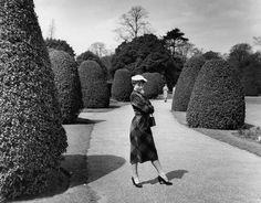 Audrey Hepburn in Kew Gardens, London / Photo by Bert Hardy (May 13, 1950).