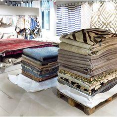 Påfyllt! Idag packar vi upp massor av nya fina mattor på R.O.O.M. i Täby C. Alla handplockade och noga utvalda av våra inköpare, de flesta dessutom unika exemplar. Välkomna till oss i Täby C! #roombutiken