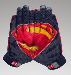 Under Armour Alter Ego American Football Handschuhe - Superman (XX-Large) Under Armour Herren, Under Armour Men, American Football, Superman, Piercings, Football Gloves, Football Stuff, Back In The Game, Moda Emo