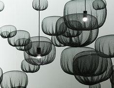 Schwarz-Weiß-Effekte auf der Mailänder Messe bei Möbeln und Accessoires erinnern an die Ästhetik der 1960er Jahre.