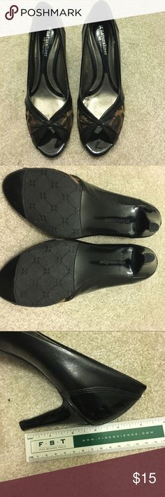 Naturalizer N5 comfort shoes Wear once, because of the heat in my closet, there are something peels off inside as picture showed. 😿 other than that, outside is perfect condition. Naturalizer Shoes Heels
