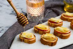 Een herfstig hapje perfect voor je volgende feestje. Bruschetta, Finger Snacks, 21st Party, Baked Brie, Holiday Appetizers, High Tea, Diy Food, Tapas, Foodies