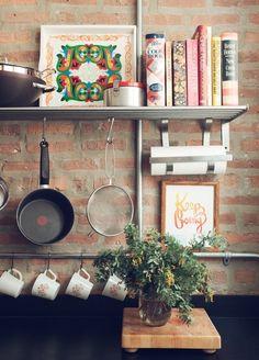 Cozinhas sem armários superiores... a vez das prateleiras!!! Prateleiras em madeira podem ser substituídas por aramados em aço inox.