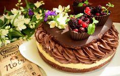 Tort cu ciocolată amăruie Nestle, cremă de lămâie și fructe de pădure