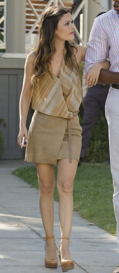 Zoe's beige wrap skirt and heels on Hart of Dixie