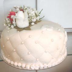 Hemmagjord hallonsylt, mousse och vaniljkräm. Vita och rosa rosor i sugarpaste❤️ #bröllopstårta #prinsesstårta