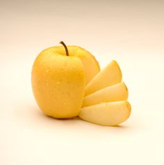 """""""This apple is understudied, unlabeled, and unnecessary."""" The apple that never browns wants to change your mind about genetically modified foods - The Washington Post Golden Delicious Apple, Delicious Food, Genetically Modified Food, Apple Varieties, Poison Apples, Change Your Mind, Health Articles, News Articles, Food Science"""