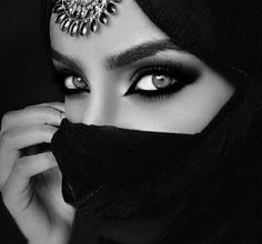 Arab Eye Makeup I I may go for this complete look Arabian Women, Arabian Beauty, Arabian Eyes, Arabian Nights, Arabic Makeup, Hidden Beauty, Jolie Photo, Eye Make Up, Beautiful Eyes