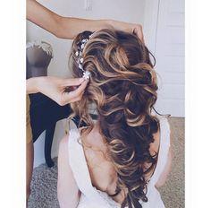 Skal du stå brud i vår eller sommer? Eller kanskje være brudepike for din beste venninne? Få inspirasjon til de fineste og mest romantiske frisyrene her.