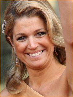 Haar huwelijksoorbellen met citrienen eraan en de haarspeld die ooit van Koningin Emma is geweest.