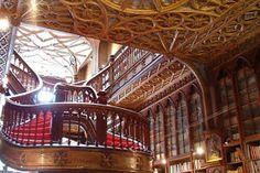 Trata-se da Livraria Lello , Livraria Lello e Irmão, também conhecida como Livraria Chardon. Situada a Rua das Carmelitas 144, na cidade d...