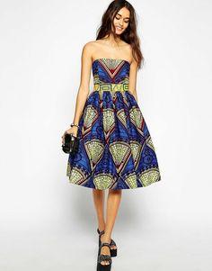 47bbb207e52a Stoffe africane e un idea di abbigliamento con abito blu a ruota Abito  Africano
