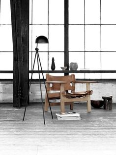 The Spanish Chair in wood and brown leather designed by Børge Mogensen.