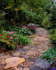 It's a combination of different rocks and plants to create a colorful garden path. Share us your ideal stone path for a garden design! Pathway Landscaping, Cottage Garden, Shade Garden, Gorgeous Gardens, Backyard Garden, Walkways Paths, Outdoor Gardens, Beautiful Gardens, Garden Stones