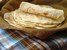 Hotové domácí tortilly Ingredience Mouka hladká 500 g Sádlo 100 g Sůl 1 lžička Voda horká, 280 ml Postup přípravy Na válu smícháme...