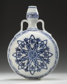 A rare Blue & Whitel Moonflask Ming Dynasty, Yongle Period. Estimation   600,000 — 900,000  USD Lot. Vendu 1,314,500 USD (Prix d'adjudication avec commission acheteur) Lot | Sotheby's