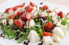 Rukolový šalát s mozzarellou paradajkami a balzamico krémom / Arugula salad with mozzarella, tomatos and balsamic cream  Recept / Recipe: http://tipnajedlo.sk/recepty/rukolovy-salat-s-mozzarellou-a-balzamicom
