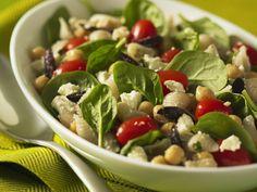 Nudel-Kichererbsen-Salat mit jungem Spinat, Tomaten, Oliven und Schafskäse - smarter - Zeit: 30 Min. | eatsmarter.de