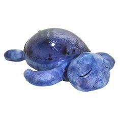 La veilleuse tortue aidera votre enfant à voyager au pays des rêves et s'endormir tout en douceur. Accompagnée d'effets sonores et lumineux aquatiques, cette veilleuse des mers projette de merveilleux effets sous-marins sur les murs et le plafond accompagnés de doux sons marins, soit le bruit des vagues, soit le chant des mouettes. Sa carapace s'illumine d'un effet aquatique marin, de belles projections colorées et animées captent l'attention de votre bébé tout en l'apaisant.
