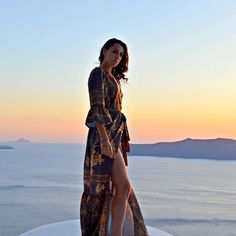 When it's so cold outside I can I only think of summer sunsets and the best holidays ever in beautiful Santorini❤️🇬🇷#justkassi #justkassitravels #santorini #summermemories • photo by @antonios.me •