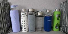 Hier siehst Du eine Auswahl von Trinkflaschen aus Glas, die wir uns einmal genauer angeschaut haben. Natürlich kommen (beinahe) täglich weitere dazu. Schau sehr gern mal auf unserem Blog vorbei! Zero, Water Bottle, Drinks, Blog, Mineral Water, Sustainable Gifts, Drinking, Beverages, Water Bottles