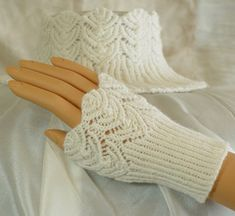 Knitting patterns for wrist warmers, wristlets, mittens, fingerless gloves and other hand coverings. Crochet Gloves Pattern, Lace Knitting Patterns, Knit Crochet, Quilt Patterns, Knitting Daily, Free Knitting, Baby Knitting, Knitted Baby, Fingerless Gloves Knitted