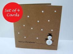 Dit schattig en eenvoudig ontwerp beschikt over een knop sneeuwpop met een hand getekende hoed en armen en Kerstmis begroeting op gerecycled bruin Kraft-kaart. Het kaartje heeft papier snijden gaten voor de sneeuw met een witte invoegen. U ontvangt 4 kaarten en enveloppen. Grootte: