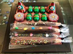 Diwali Crackers Chocolate Platter :-) Bestellung: – Rufen Sie / WhatsApp unter + 91 921629914 an … - Diwali Gift Hampers, Diwali Crackers, Diwali Gifts, Disney Tips, Corporate Gifts, Tray Bakes, Quick Easy Meals, Matcha, Horns