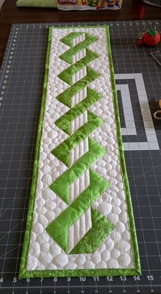 Free motion quilting machine table runners 44 ideas for 2019 Patchwork Table Runner, Table Runner And Placemats, Table Runner Pattern, Quilted Table Runners, Patchwork Quilting, Quilt Stitching, Place Mats Quilted, Quilted Table Toppers, Machine Quilting Designs
